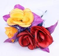 Rosen mit violettem Tüll